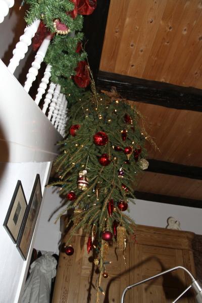 weihnachtsbaum an decke hangen europ ische weihnachtstraditionen. Black Bedroom Furniture Sets. Home Design Ideas