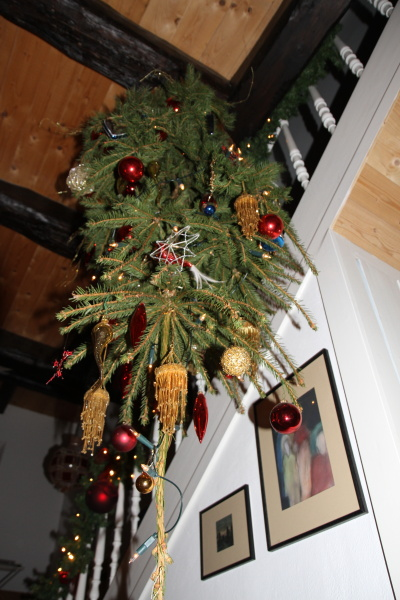vom weihnachtsbaum der verkehrt rum h ngt dies das. Black Bedroom Furniture Sets. Home Design Ideas