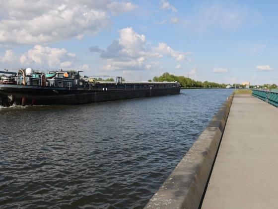Schiff auf dem Mittellandkanal am Wasserstraßenkreuz in Minden